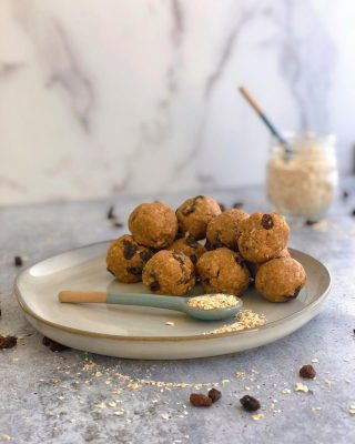 OATMEAL RAISIN ENERGY BALLS🌟 ⠀⠀ Because, who doesn't love a cookie you don't actually have to bake? ⠀⠀ ✨They taste exactly like oatmeal raisin cookies but only take a few minutes to whip up. Oh, and they are gluten free, plant based & secretly loaded in protein.✨ ⠀⠀ Loaded in healthy ingredients 👇🏼 🌟 Gluten Free Oats 🌟 @nuzest_usa Digestive Support Vegan Protein in Vanilla (specifically formulated for gut health + discount link in bio) 🌟 Almond butter 🌟 Maple Syrup 🌟 Ceylon Cinnamon (supports blood sugar stabilization without the hepatotoxic effects of Saigon cinnamon) 🌟 Sea salt 🌟 Organic vanilla powder (If you haven't had it, get it! Tastes like vanilla cake and is made from ground vanilla beans) 🌟 Organic Raisins ⠀⠀ With my kids home 24/7 I feel like I've become the 👑 SNACK QUEEN 👑 Anyone else???? ⠀⠀ 👩🏻🍳 RECIPE LINK IN BIO or below ⠀⠀ https://thenutramom.com/oatmeal-raisin-energy-balls/ ⠀⠀ Happy Thursday! ❤️🌟 👈🏼 In case you forgot what day it is 😂🤪These days they are all running together am I right?! . . . . .  #healthysnacks #poweredbyplants #paleosnacks #healthysnackideas #paleorecipes #healthyrecipes #vegansnackideas #cleaneats #healthysnacksforkids #simplesnacks #eatclean #cleaneating #realfoodrecipes #eatyourgreens #familywellness #kidapproved #nobakecookies #holisticnutrition #militaryfamilylife #oatmealraisincookies