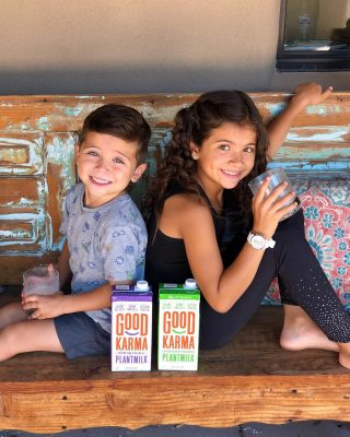 #sponsored 𝗙𝗹𝗮𝘅 𝗠𝗶𝗹𝗸 𝗼𝗿 𝗢𝗮𝘁 𝗠𝗶𝗹𝗸?  Now you don't have to choose with @good_karma_foods new PLANTMILK 🌱  It's a whole new kind of milk made with the creaminess of oats, the nuttiness of flax seeds and the protein of peas. 🙌  • 5x the protein of almond milk • 800mg plant based omega 3s • Dairy free • Comes sweetened or unsweetened • It's creamy, filling & delicious!!  Ready to try it? Head to GoodKarmaFoods.com and use code THENUTRAMOM50 for 50% off your order! 🙀🥳🙌  My kids like to drink it plain but I also used it to make 🍪✨ ᑕᕼOᑕOᒪᗩTE ᑕᕼIᑭ ᑕOOKIE ᑭᖇOTEIᑎ OᗩTᔕ 🍪✨. Literally tastes just like grandma's homemade chocolate chip cookies right out of the oven. 😋👵🏻🍪🥰 Swipe to see ➡️  𝗖𝗵𝗼𝗰𝗼𝗹𝗮𝘁𝗲 𝗖𝗵𝗶𝗽 𝗖𝗼𝗼𝗸𝗶𝗲 𝗣𝗿𝗼𝘁𝗲𝗶𝗻 𝗢𝗮𝘁𝘀 🍪💗🍪💗 Easy Recipe (Serves 2 | 30g protein per serving)  1c GF sprouted oats 1c frozen riced cauliflower 2c Good Karma unsweetened PLANTMILK 2 scoops vanilla protein powder 2tbs brown coconut sugar 2tbs smooth almond butter Chocolate chips & chopped walnuts for serving   👩🏻🍳 Cook oats, cauliflower and Plantmilk over stove on medium heat until oats are soft (5-10 min or until desired thickness is reached.) Stir in vanilla protein powder. Top with almond butter, chocolate chips and chopped walnuts. Serve warm.  My entire family was totally obsessed with this recipe. You've gotta try it!  Today's mantra: Authenticity over perfection 🧘🏻♀️✨  #creamofthecrops #goodkarmapartner #oatmealrecipe #plantbasedrecipes #holistichealth #plantmilk #goodmoodfood #breakfastofchampions